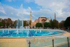 Hagia Sophia och springbrunnen på den Sultanahmet fyrkanten Kristen patriark- basilika, imperialistisk moské och nu ett museum Is royaltyfri foto