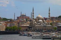 Hagia Sophia y Eminonu Yeni Mosque fotos de archivo