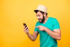 Haha! So lustig! Porträt des glücklichen aufgeregten verrückten Mannes mit stubbl Stockfoto