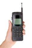 Hahd neemt oude mobiele telefoon die op wit wordt geïsoleerdt Stock Foto's