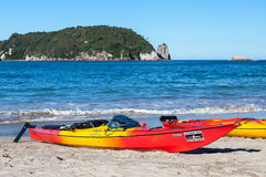 HAHEI, NUEVA ZELANDA - 8 DE FEBRERO: Kajaks en la playa de Hahei en nuevo Z Fotografía de archivo