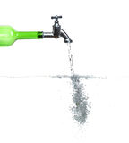 Hahn auf grüner Flasche mit Wasser und Luftblasen Stockfotografie