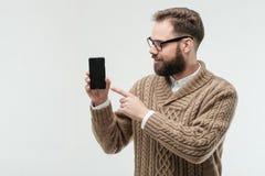 Hahn des jungen Mannes auf Schirm seines Telefons stockfoto