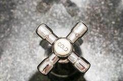 Hahn des kalten Wassers im Badezimmer Stockfoto