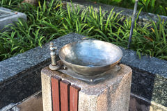 Hahn in einem allgemeinen Brunnen Lizenzfreie Stockfotografie