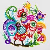 Hahn, Farbenpapierausschnitt. Chinesischer Tierkreis. Lizenzfreies Stockfoto