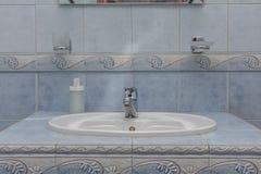 Hahn im Badezimmer lizenzfreies stockbild