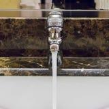Hahn mit Wasser Lizenzfreies Stockfoto