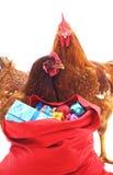 Hahn und Henne nahe der Tasche mit Geschenken Lizenzfreie Stockbilder