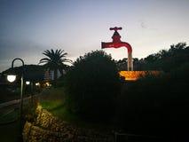Hahnbrunnen, der nie aufhört, Wasser zu gießen stockfotos