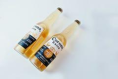 Hai, de Oekraïne - Juni 29, 2016: Twee flessen van Corona Extra, bovenkant Royalty-vrije Stock Foto's