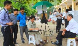 HAI DUONG VIETNAM, Oktober, 27: konstnären skissar ståenden på Octob Arkivbild