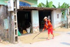 HAI DUONG, WIETNAM, WRZESIEŃ, 26: Biednego rolnika susi ryż po brzęczeń Fotografia Royalty Free