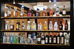 Hai, Ucrânia - 25 de outubro de 2016: Diversos tipos de alcoho engarrafado fotos de stock