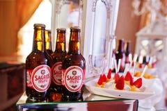 Hai, Ucraina - 25 ottobre 2016: Mini bottiglie di birra di Sagres, la cosa migliore fotografie stock libere da diritti