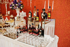 Hai, Ucrania - 25 de octubre de 2016: Diversas botellas de alcohólico Imagen de archivo libre de regalías