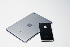 Hai Ukraina, Sierpień, - 10, 2017: iPad pastylka i iPhone 4 smartph Zdjęcie Royalty Free