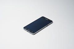 Hai, Ukraine - 10. August 2017: schwarzes Samsungs-Smartphonelegen Lizenzfreie Stockfotografie