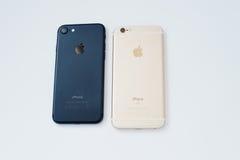 Hai, Ukraine - 1er mars 2017 : Apple Iphone 7 et 6S d'isolement dessus Photos stock