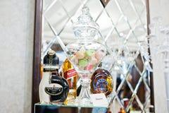 Hai, Ukraine - 25. Oktober 2016: Sheridans Flasche mit macarons stockbild