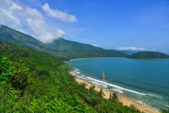 Hai Van Pass met mooi strand stock afbeeldingen