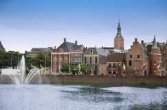 Haia, os Países Baixos - 18 de agosto de 2015: Vista em Buitenhof Fotos de Stock
