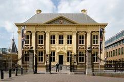 Haia, Países Baixos - 8 de maio de 2015: Museu de Mauritshuis da visita do turista em Haia Imagens de Stock Royalty Free