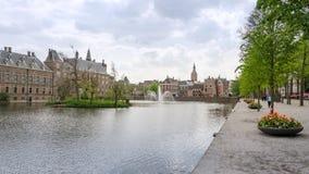 Haia, Países Baixos - 8 de maio de 2015: Os povos visitam o complexo de construção famoso Binnenhof do parlamento Fotografia de Stock Royalty Free