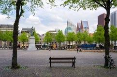 Haia, Países Baixos - 8 de maio de 2015: Povos em Het Plein no centro de Haia Fotos de Stock Royalty Free