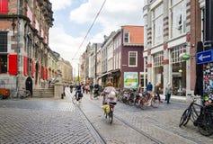 Haia, Países Baixos - 8 de maio de 2015: Povos que compram na rua da compra do venestraat em Haia Imagens de Stock