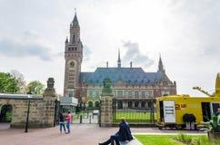 Haia, Países Baixos - 8 de maio de 2015: Repórteres no palácio da paz em Haia, Países Baixos Foto de Stock Royalty Free