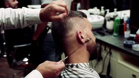行家人客户参观的haidresser和发式专家理发店的,耳朵头发撤除 股票视频