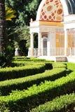 Haies et portique néoclassique, dans un jardin Photographie stock