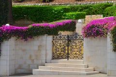 Haifa Bahai fait du jardinage porte en métal Images stock