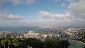 Haifa Bahai-Gartenansicht zu zum Meer, zum Stadttransport und der Gesamtlänge des Bootsneigungschiebezeitversehens 4k stock footage