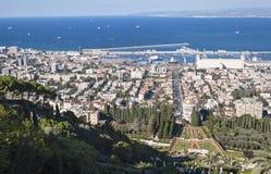 Haifa Bay et port et jardins de Bahai en Israël photo stock