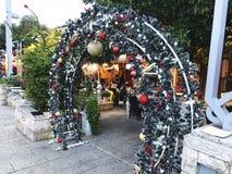 HAIFA, ISRAEL - 22 DE DICIEMBRE DE 2017: Calle de las decoraciones del día de fiesta para la Navidad en la colonia alemana en Hai Imagen de archivo
