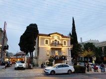 HAIFA, ISRAEL - 22 DE DICIEMBRE DE 2017: Calle de las decoraciones del día de fiesta para la Navidad en la colonia alemana en Hai Fotografía de archivo libre de regalías