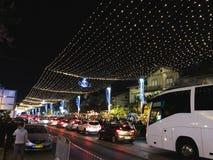 HAIFA, ISRAEL - 22 DE DICIEMBRE DE 2017: Calle de las decoraciones del día de fiesta para la Navidad en la colonia alemana en Hai Foto de archivo