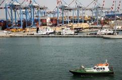 Haifa, Israel - 19 de mayo - el bote patrulla en el puerto, 2013 Foto de archivo