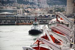 Haifa, Israel - 19 de mayo - Theship y barco en la ciudad de puerto de Haifa, 2013 Foto de archivo