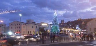 HAIFA, ISRAEL - 10. DEZEMBER 2016: Die deutsche Kolonie verziert mit Symbolen von Kulturen für die Winterurlaube in Haifa Stockfoto