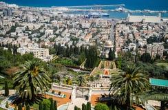 Haifa - panoramautsikt med Bahai `-trädgårdar och porten Arkivbild