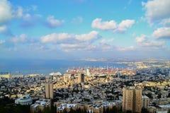 Haifa solig panoramasikt från louis promenad på Mount Carmel på den bahaiträdgårdISRAEL NORDEN arkivfoton