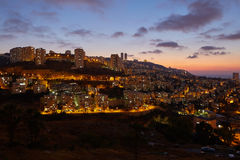 Haifa stad, foto för landskap för nattsikt flyg- panorama- Royaltyfri Foto