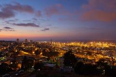 Haifa stad, foto för landskap för nattsikt flyg- panorama- Arkivfoton