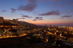 Haifa stad, foto för landskap för nattsikt flyg- panorama- Fotografering för Bildbyråer