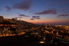 Haifa stad, foto för landskap för nattsikt flyg- panorama- Royaltyfri Bild