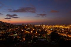 Haifa stad, foto för landskap för nattsikt flyg- panorama- Arkivbild