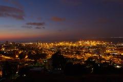 Haifa stad, foto för landskap för nattsikt flyg- panorama- Arkivfoto
